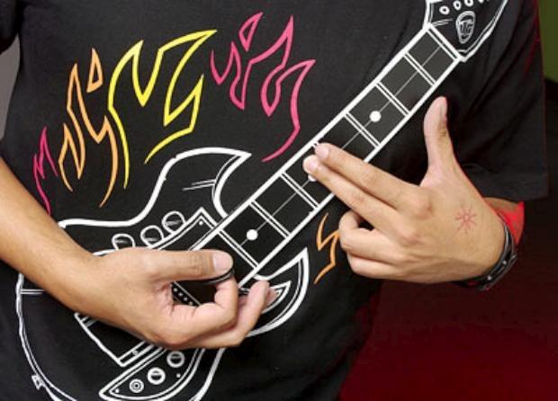c498_electronic_rock_guitar_shirt_closeup