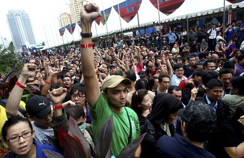 They Re Rioting Over Blackberrys In Indonesia And Other Black Friday Insanity That Ll Make You Fear For The Future Techcrunch