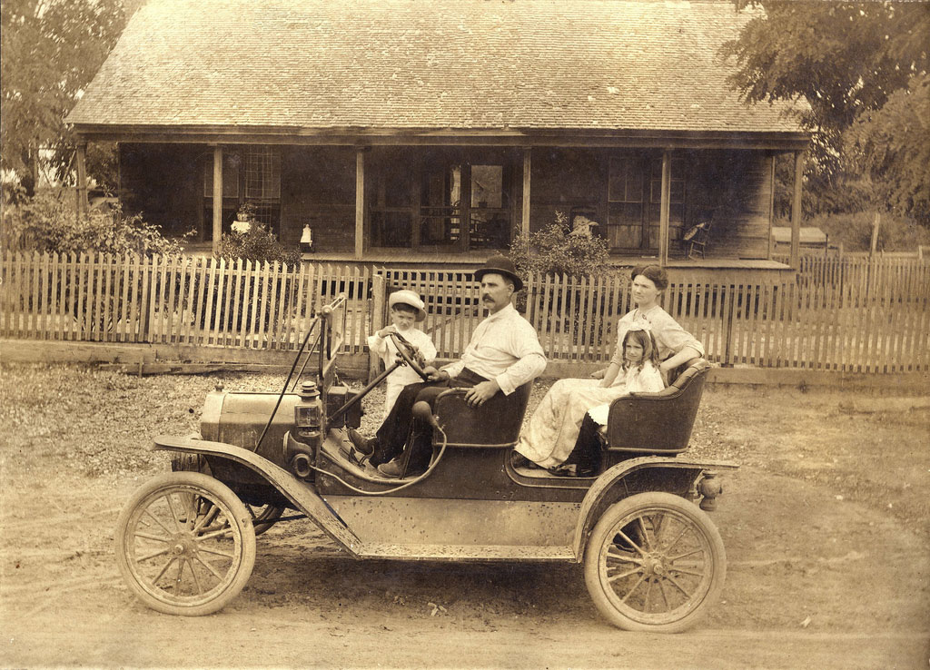 Ford Model T Tourabout, c. 1910 Flickr/William Creswell