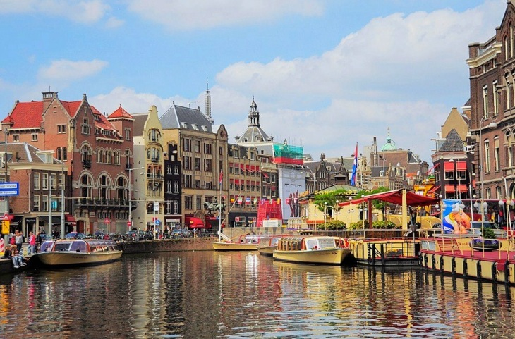 Amsterdam to halve Airbnb-style tourist rentals to 30 nights