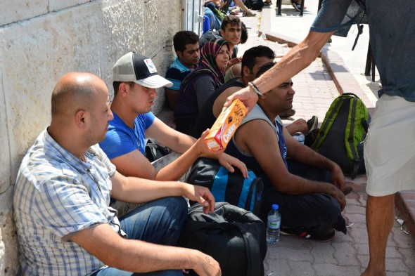 samos_handing-out-cookies-to-refugees-590x393