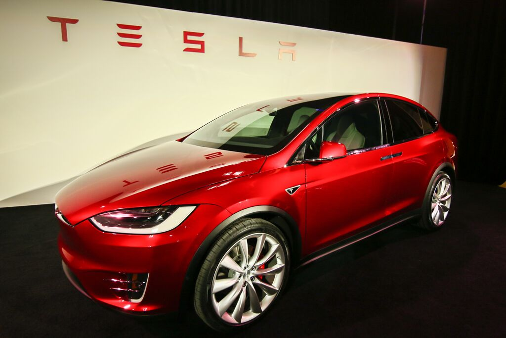 tesla s 140 000 model x suv does 0 60 in 3 2 seconds hits the road starting tonight techcrunch. Black Bedroom Furniture Sets. Home Design Ideas