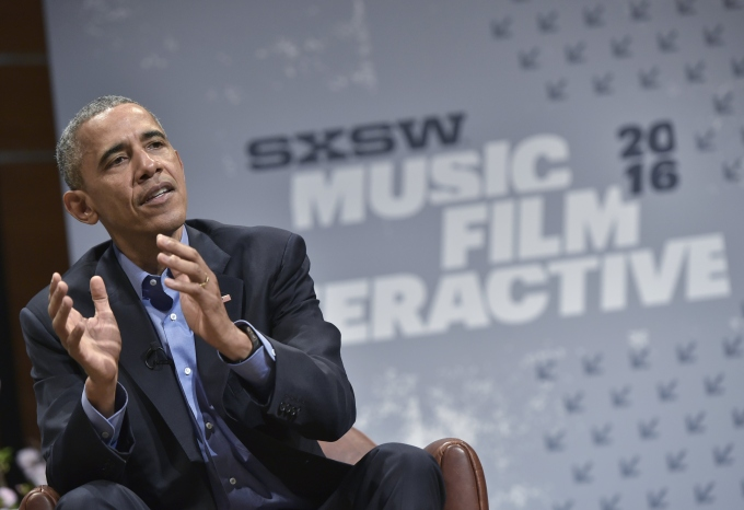 US President Barack Obama (R) speaks during a South by Southwest Interactive at the Long Center for Performing Arts in Austin, Texas on March 11, 2016. / AFP / Mandel Ngan