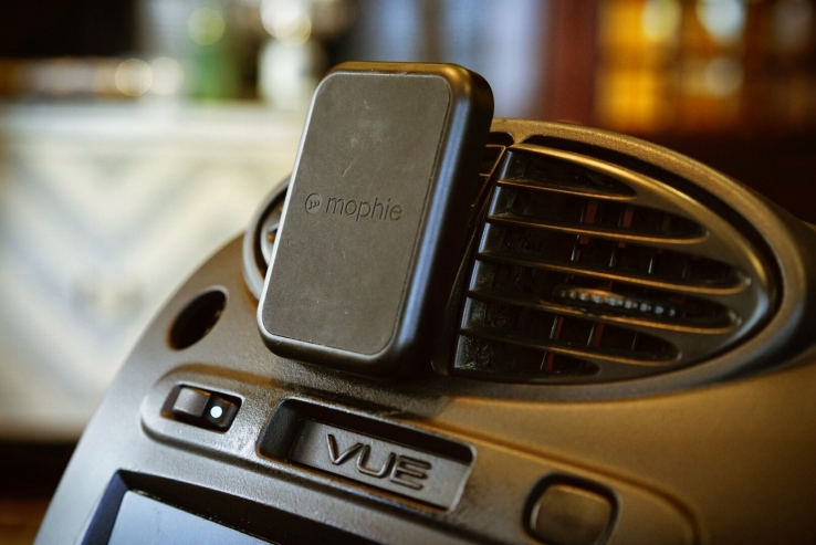 Mounting the charging pad in a car, you can connect your Juice Pack-wearing phone to a car vent using the built-in magnets, making it very quick to put your phone on charge as you're on the go.