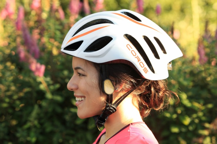 image-coros-linx-smart-cycling-helmet-woman-side-profile