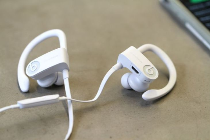 Apple will toss in a pair of Beats headphones for students who buy a