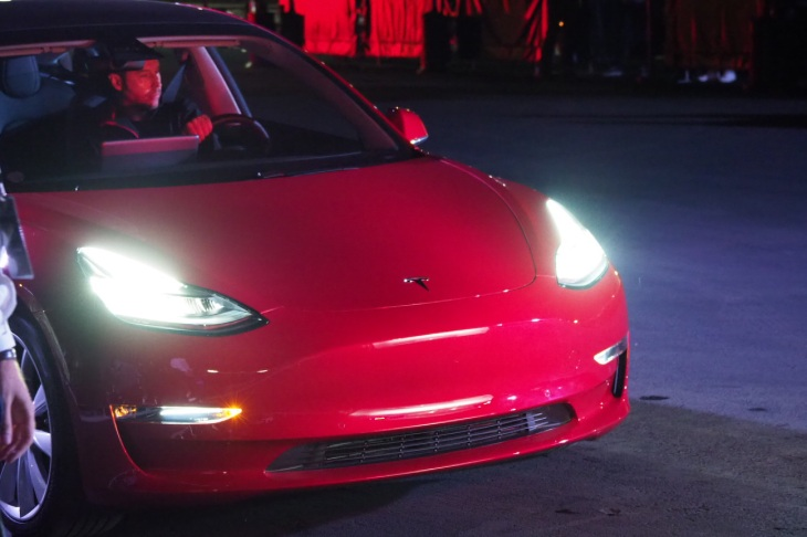 Tesla made 2,425 Model 3s in Q4 2017, aims to make 2,500 weekly by ...