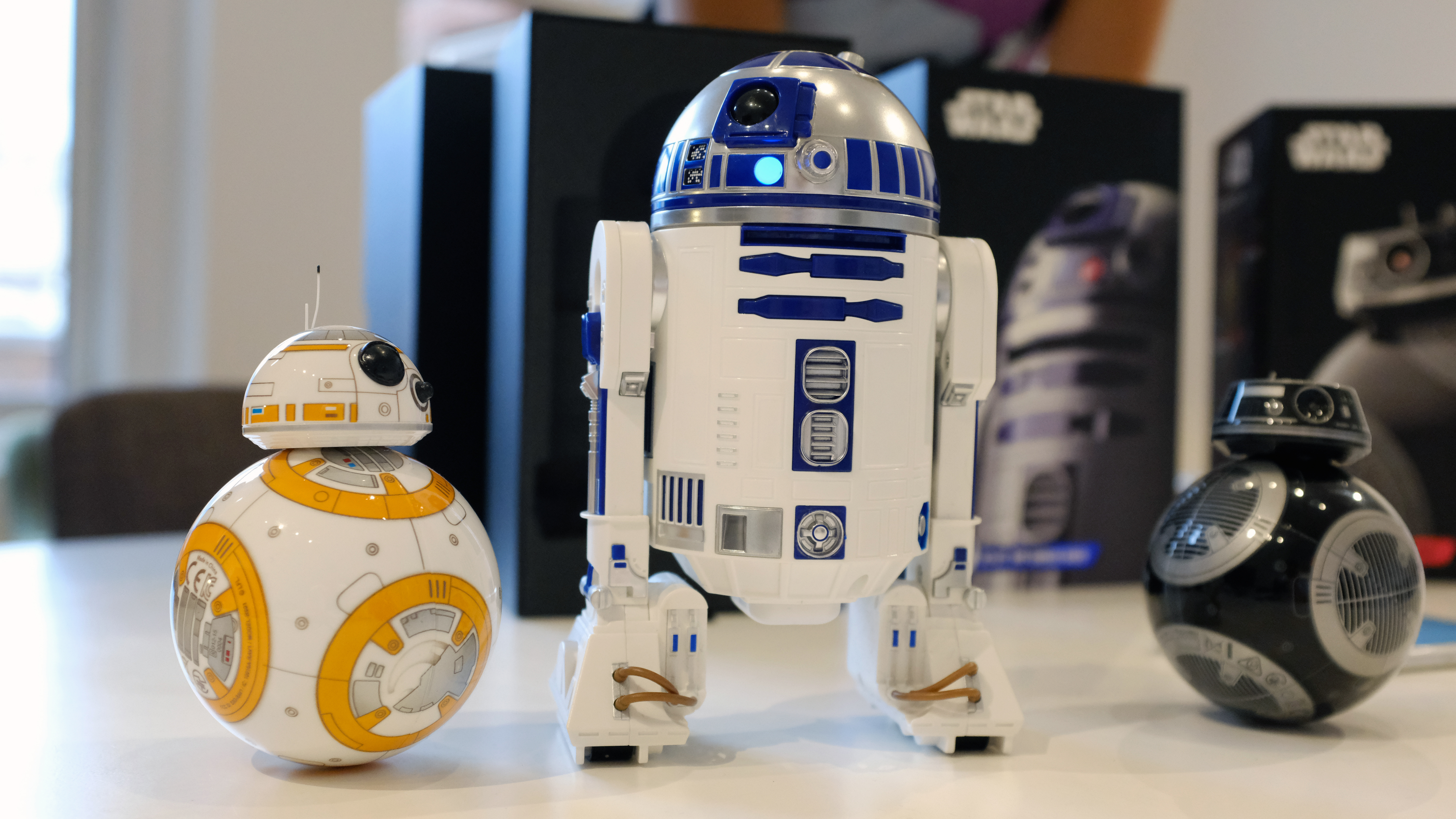 Candid Camera Star Wars : Sphero s new star wars toys include r d and a new droid from