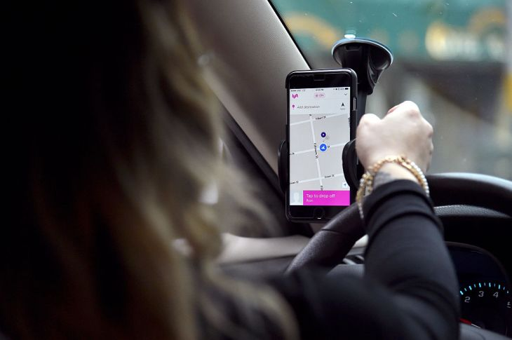 Lyft 자동차, Glowstache, Lyft App, Lyft 여객 및 운전사를 전시하는 그것의 샌프란시스코 사령부에 Lyft