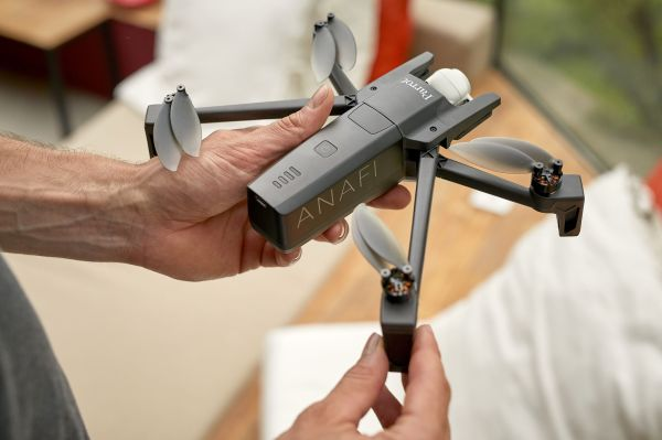 Parrot responds to the Mavic Air with its own folding drone Parrot ANAFI Lifestyle Handlings 03 Unfold preview