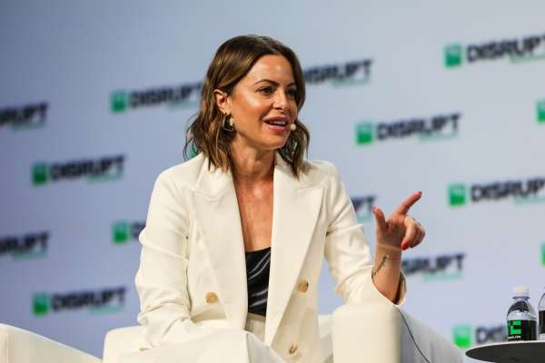 Girlboss pivots to provide a LinkedIn for professional women – TechCrunch