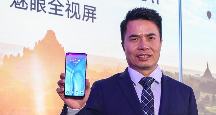 Jimmy Xiong_General Manager of HONOR Product with the HONOR View20_b