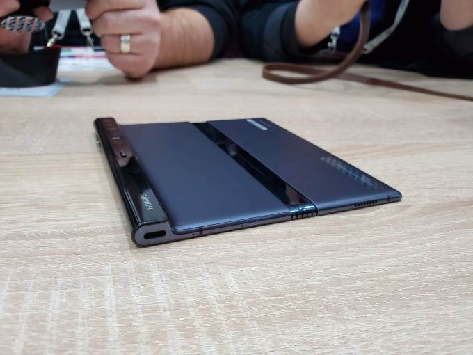 Huawei's folding Mate X: a closer look 20190226 111333