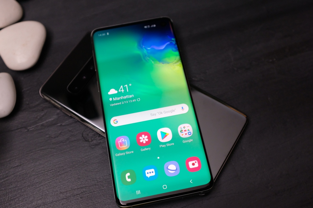 The Samsung Galaxy S10 can wirelessly charge other phones