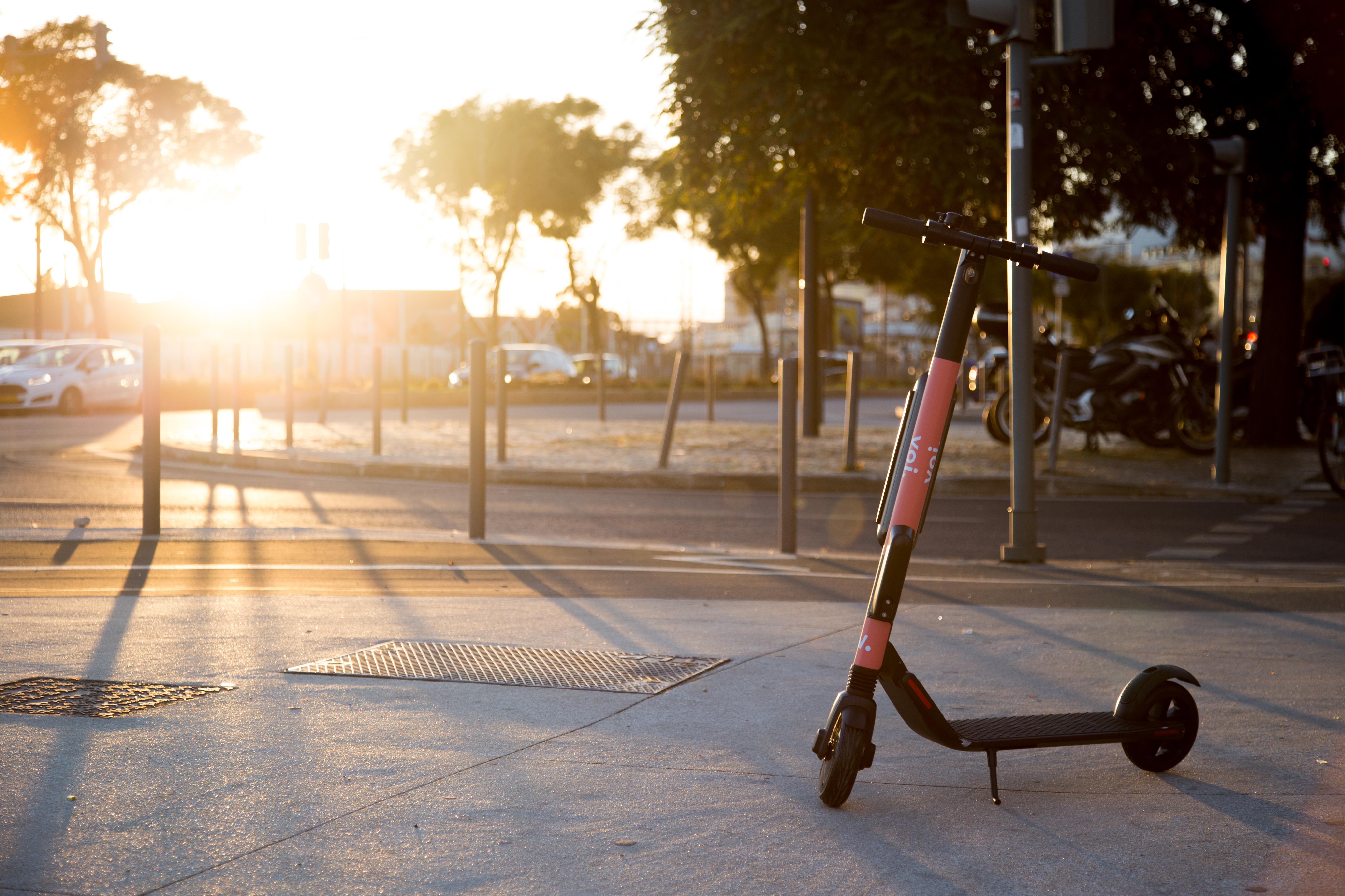 https://techcrunch.com/wp-content/uploads/2019/03/VOI-6-scooter-Lisbon.jpg