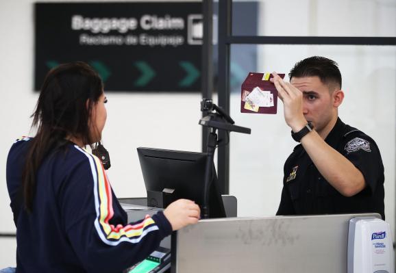 CBP กล่าวว่าภาพผู้เดินทางและป้ายทะเบียนถูกขโมยเนื่องจากการละเมิดข้อมูล thumbnail