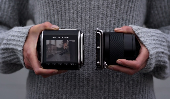 Hasselblad's new medium format camera is a tiny, beautiful nod to history – TechCrunch