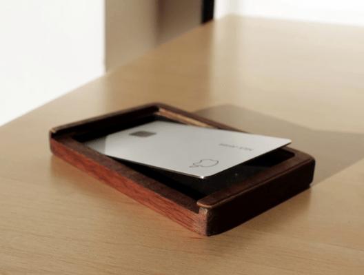 ... หรือคุณสามารถซื้อกล่องไม้ราคา $ 40 สำหรับ Apple Card ของคุณ thumbnail