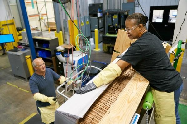 Apple ได้รับรางวัลอีก 250 ล้านเหรียญสหรัฐเพื่อผลิตกระจก Corning ที่มีความแม่นยำ thumbnail