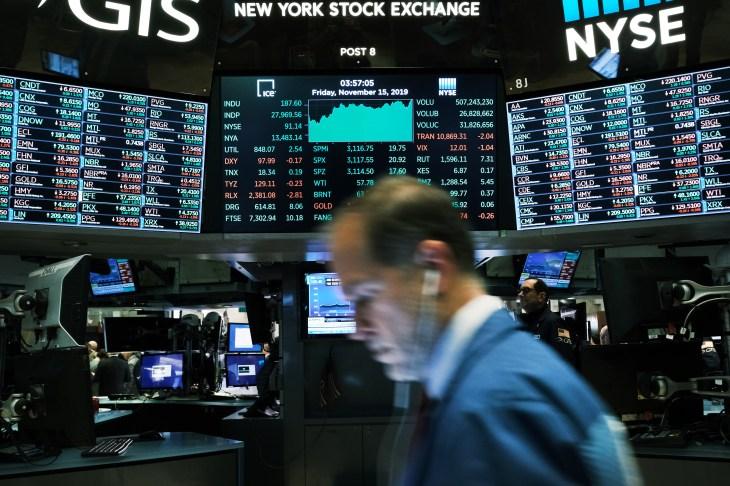 El promedio industrial Dow Jones cierra en un nuevo máximo, cruzando más de 28,000