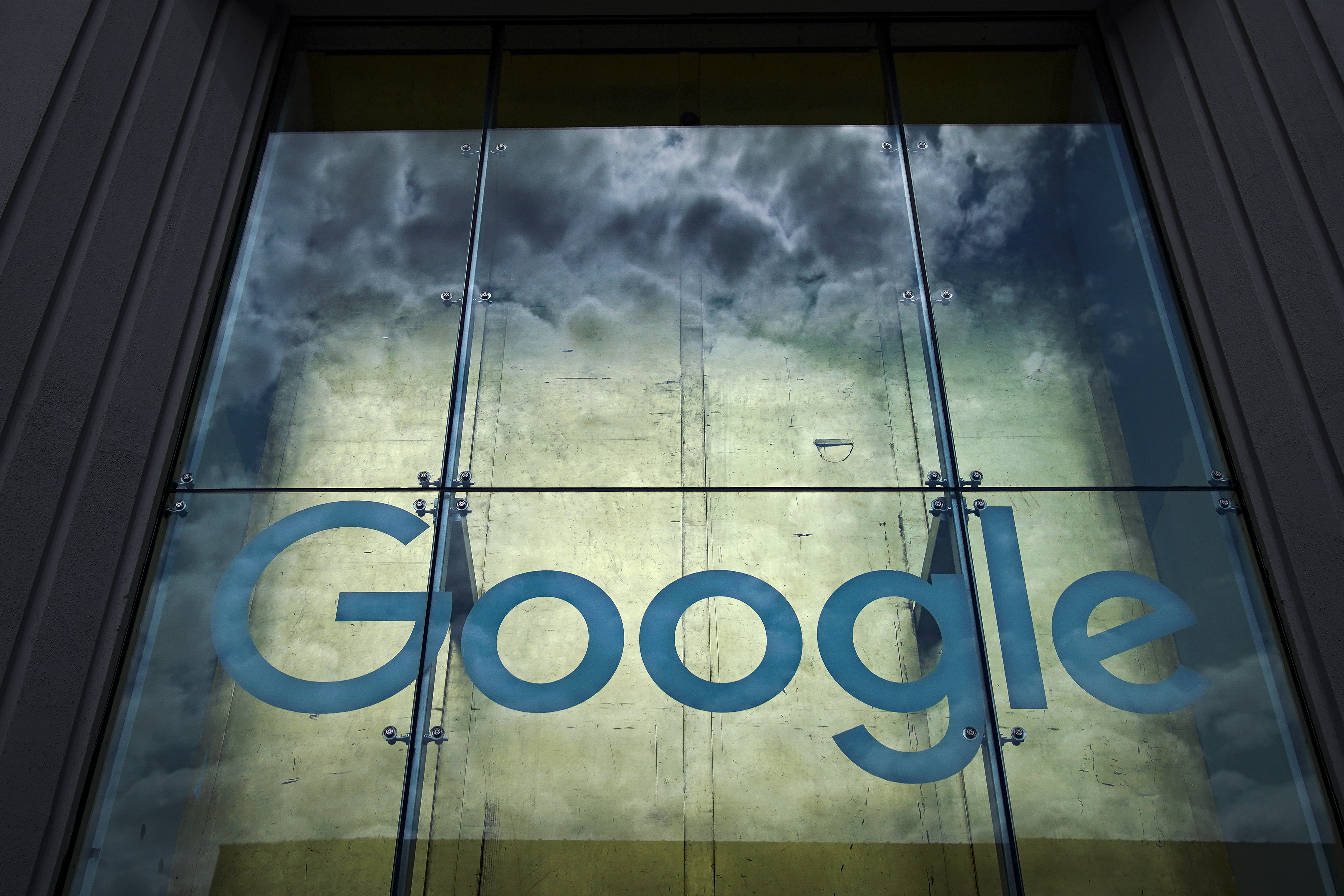 Google backtracks on search results design