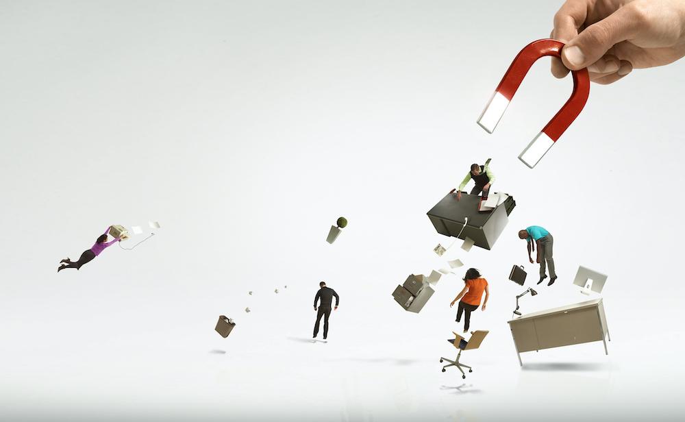 Гигантская рука и магнит собирают офис и рабочих