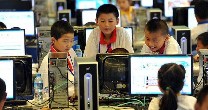 Chinese kinderen volgen een computerklas