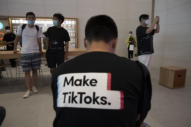 Мужчина в рубашке, рекламирующей TikTok, замечен в магазине Apple в Пекине