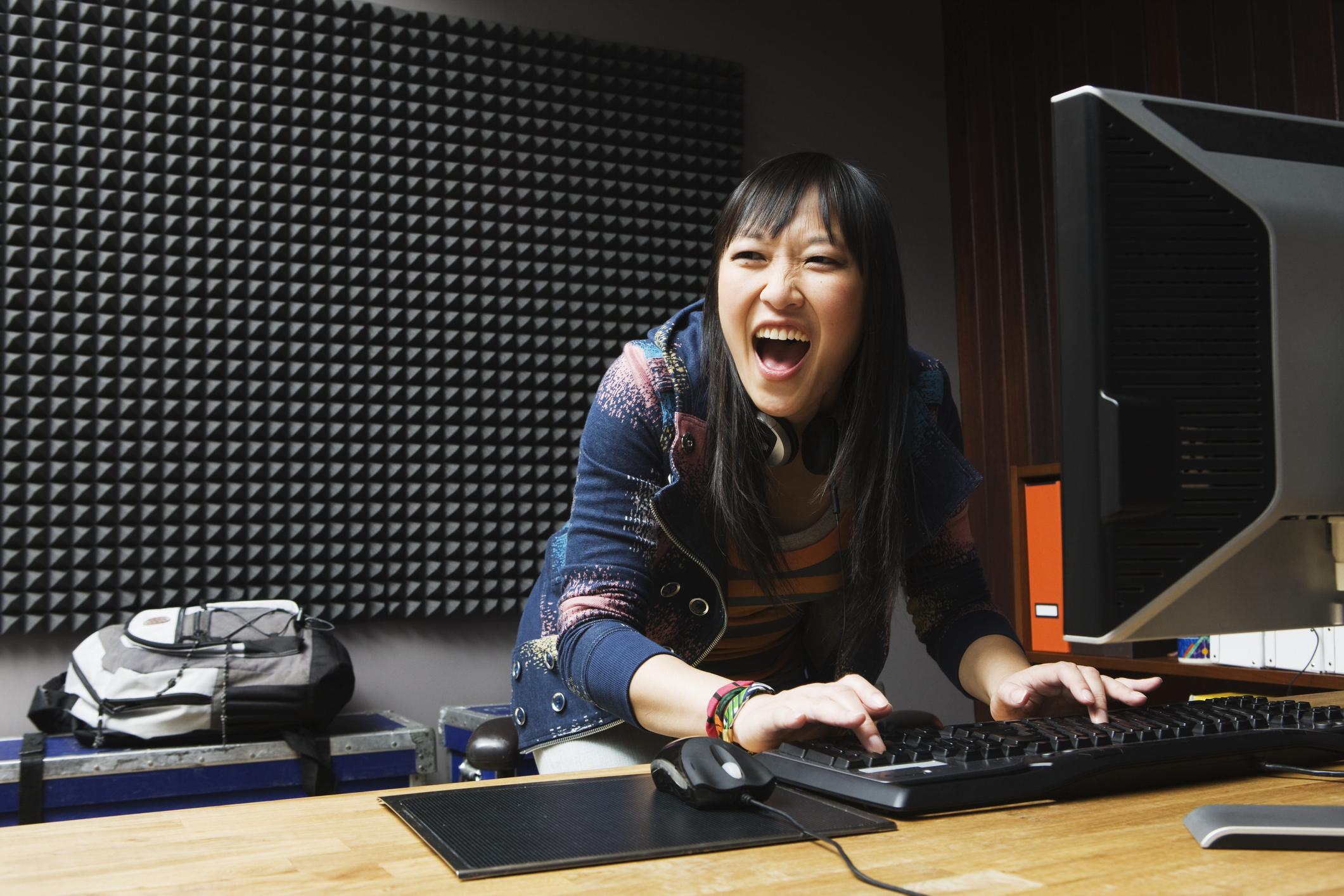 Девушка играет в игры на настольном компьютере