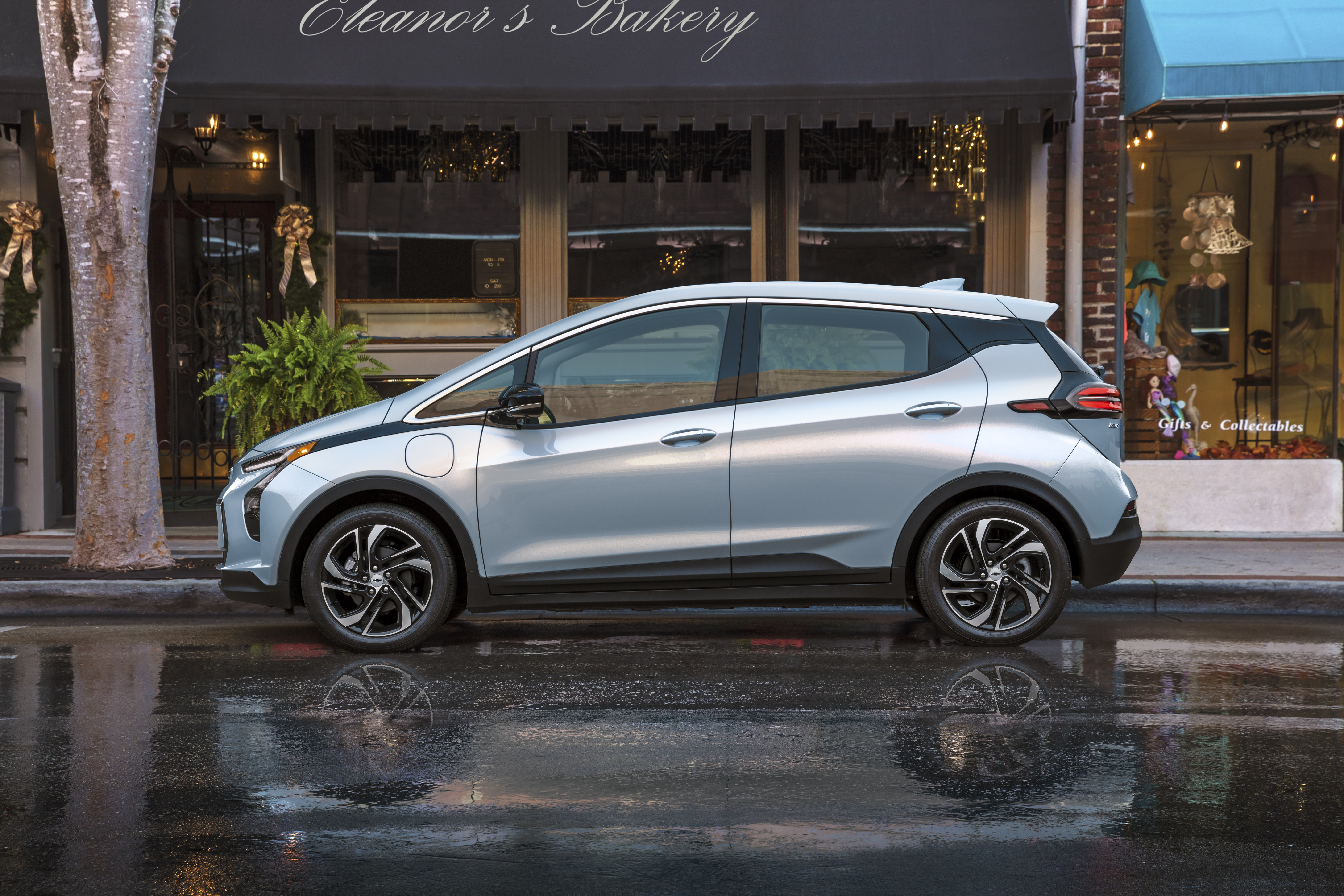 2022 Chevrolet Bolt EV  GM unveils a refreshed Chevy Bolt EV and its bigger, yet compact crossover sibling – TechCrunch 2022 Chevrolet BoltEV 005