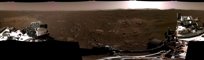 Image panoramique du paysage martien et du Rover Perseverance.