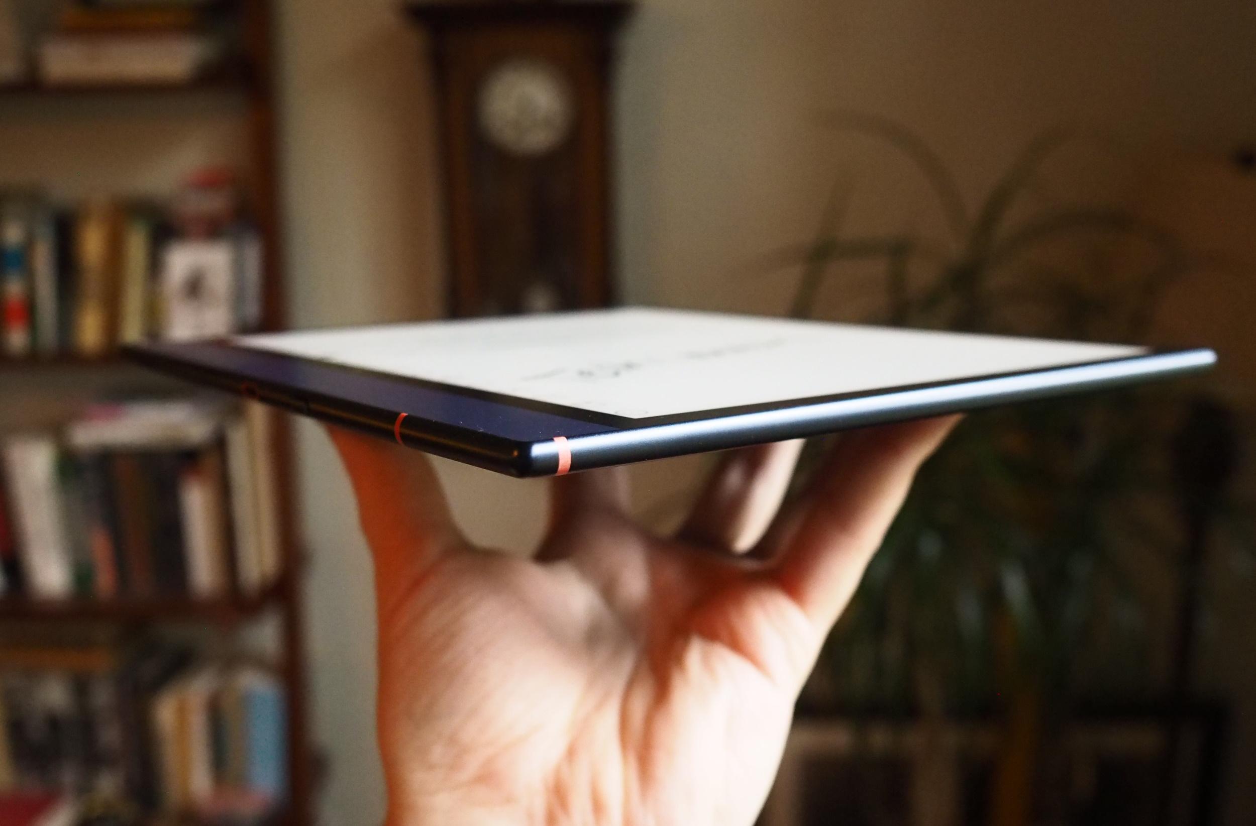 Vista lateral de una tableta que muestra su perfil delgado y acabado metálico.