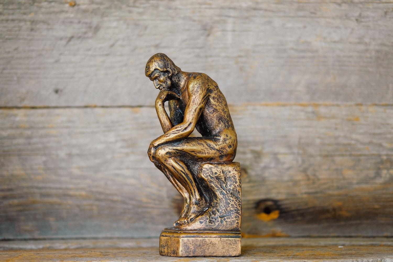 """रॉडिन्स . का एक लघु संस्करण """"विचारक"""" मूर्ति"""