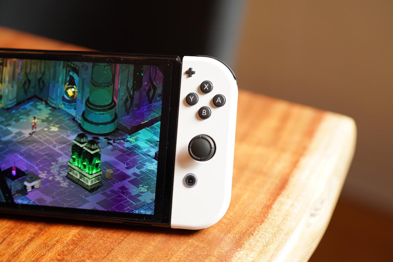 O Nintendo Switch OLED em uma mesa.